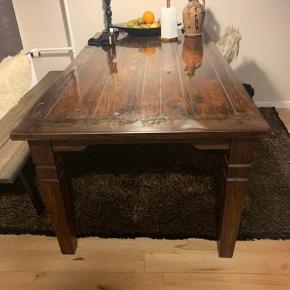 Jeg sælger mit spisebord som er af træ. Det fremstår som nyt, da det er blevet passet på og altid har haft plastikduhn over. Nypris 5000. Tager mod bud  Mål: 180x95
