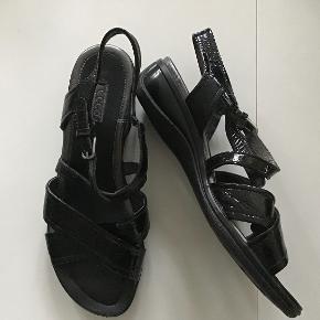 Rigtig flotte og lækre sandaler. Indvendig sållængde 24 cm. Sort lakskind.