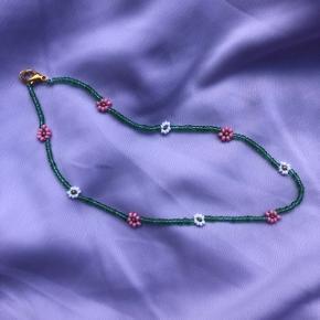 Perle choker halskæde Grønne perler m pink og hvide blomster Mål: 37 cm 💮 Prisen er fast og inkl Porto m postnord