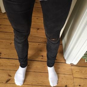 Str.32 Zara jeans med hul i knæet. Meget elastiske og behagelige at have på