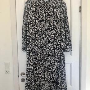 Smukkeste kjole. Perfekt til både sneaks og stiletter ☺️  Er lidt stor i størrelsen, så passer også 36 of lille 38 😊