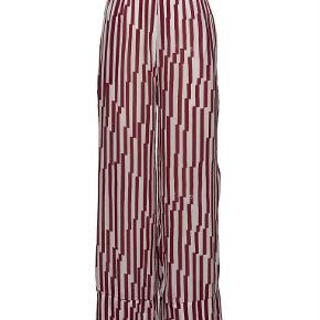 Varetype: Style 2ND Casual NYE med tag NEDSAT Farve: Bordeaux og hvid Oprindelig købspris: 1199 kr.  Ydermateriale: 100% viskose Lightweight fabric with a flowy silhouette Let bleget finish Elastik talje Finvask ved max 30˚C Varenummer: 16679784 SKU: 2DA2182124031 ID: 16679772  500 pp  BYTTER IKKE