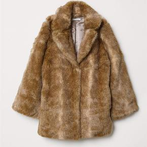 Varetype: Faux fur Farve: Beige  Sælge denne faux fur jakke  Aldrig brugt stadig med tags  I butikkerne til 700kr   Mp 480kr