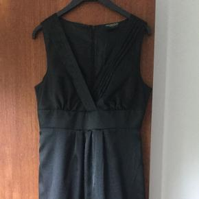Rigtig fin sort kjole i shine stof. Str.s