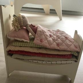 Maileg klassiker Prinsessen på ærten.  Rigtig sød strikket prinsesse, fin rosa kjole, guld krone og guld sko. Prinsessen sover i en rigtig seng af træ, 7 madrasser, 1 ært, en dyne og en pude.  Prinsessen måler 27 cm Sengen måler H 29 cm B 13 cm L 26 cm  Bytter desværre ikke..