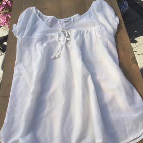 Sød hvid top tunika fra Rosemunde med bindebånd, lille slids i siden for neden, brugt 1 gang, løs model så fin på.
