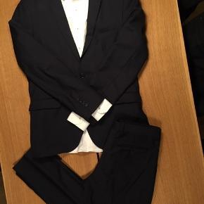Skjorte, jakke og bukser i mørkeblå.  Skjorten: Bruun&Steengade, str. L (16-41), har en minimal fejl forneden. Se evt. min anden annonce med den. Jakken: Selected Homme, str. L, brugt nogle gange, har en ubetydelig fejl i en syning. Bukser: Selected Homme, str. L, som nye, brugt 1 gang til galla.
