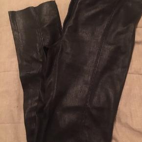 De super fede og meget populære skind leggins fra Jofama sælges i str 38 De er vaskbare og med stretch  hvilket gør at de sidder super godt.  Tidsløs og meget anvendelig og super lækker kvalitet.  Nypris 4500.-  De er kun brugt 1 gang i få timer så derfor har jeg skrevet aldrig brugt