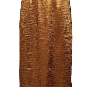 Fin og elegant rust-/kobberfarvet silkenederdel fra Day Birger et Mikkelsen med en lækker slidse i venstre side. Har aldrig været brugt.