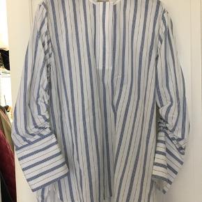 """Rigtig fin stribet skjorte fra By Malene Birger med de fineste """"banan-formede"""" ærmer.   Kan tage billeder med den på og stylet forskelligt hvis ønsket."""