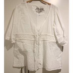 Fin hvid bluse fra Signal ⚪️   - str. XL - brugt men i pæn stand   Se også mine andre fine annoncer. Sælger billigt ud og giver gerne mængderabat 🌟