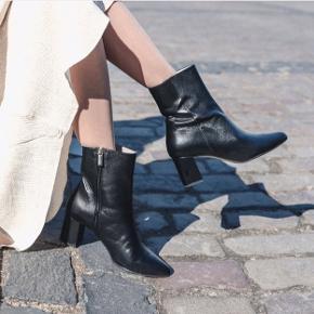 Flotte ergonomiske luksus støvletter i sort skind fra Roccamore. Kun brugt 1 gang - er så godt som nye. Du spare 500kr frem for at købe hos Roccamore som stadig sælger dem.