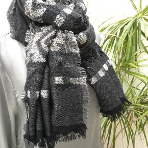 Varetype: Halstørklæde Størrelse: 70x200 Farve: Grå  Flot tørklæde/sjal fra Style Butler. Mønster med perler og palietter. Aldrig brugt.
