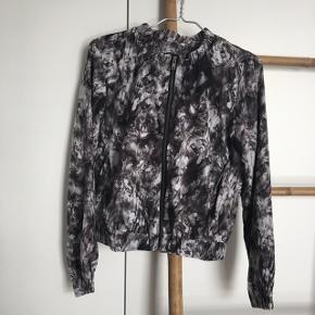 Sælger denne utrolig fine bomber jakke/blazer jakke fra Sorbet, kun brugt en enkelt aften. Bud er altid velkomne☺️!  Nypris: 400kr.  - Afhentes i Aarhus C - Sender forsikret via DAO - 90kr. inkl.