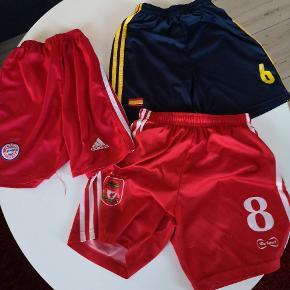 3 par fine fodboldshorts str x's (passer nok fra 9 år til 13 år) Adidas. 15 kr stk. Alle for 35 kr. Hentes i århus midtby