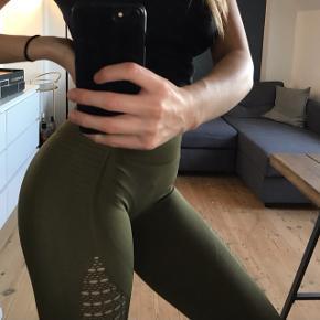 Mørkegrønne tights str. Small 😁🤸🏽♀️ de er aldrig blevet brugt, kun prøvet på. Tager imod bud 😊