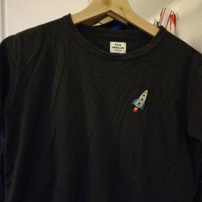 Lækker. Mads Nørgaard t-shirt. Ikke brugt så meget, da den var lidt for lille.