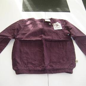 Varetype: NY Feluca LS TOP Størrelse: 7/8 år Farve: D. Purple Oprindelig købspris: 150 kr.  NY flot Feluca LS top i str. 7/8 år i farven dark purple - rigtig skøn bluse.  Mindsteprisen er kr. 75+ porto.  Jeg bytter ikke.