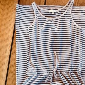 Så lækker lang kjole perfekt til sommeren  Bindes i livet.  Velholdt og brugt meget lidt
