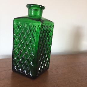 Dekorativ og antik grøn flaske. Måler 20 cm i højden og 8 i bredden.
