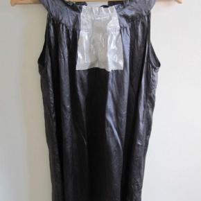 Brand: Drappa Dot deluxe Varetype: silke kjole Farve: koksgrå/sølv Oprindelig købspris: 999 kr.