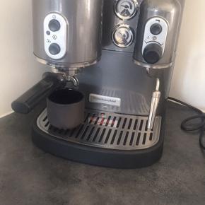 KitchenAid Artisan espressomaskine grå/sølv/metalic   Vandtilslutningen er stoppet til  Man kan sende den til reparation eller bruge den til reservedele   Hvis man googler fejlen så kommer der mange engelske sider frem med folk der har haft samme problem og har løst det selv uden at sende den til reparation. Det er noget med noget afkalkning af en dims i maskinen.   Jeg har en kitchenaid espresso maskine i forvejen og har ikke brug for denne (den på billede 1)     Skal afhentes i Hinnerup Århus eller Skanderborg  Der er fin strømtilslutning og min opfattelse er at det er det eneste den fejler.  Ved afhentning andre steder end Hinnerup så skal der betales en depositum på 100kr   Sender gerne men det bliver desværre lidt dyrt   Ny pris ligger på ca 5-10.000kr alt efter model og site.