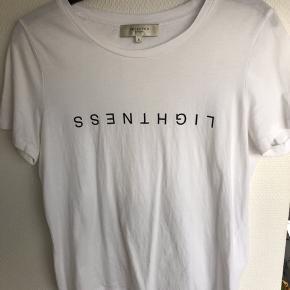 Hvid t-shirt med skrift foran. Str S. Afhentes i Aarhus.
