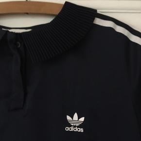Mørkeblå Adidas polo-t-shirt i blankt silkelignende stof.