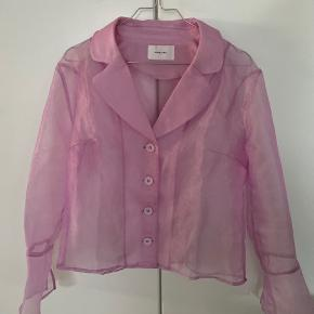 Hosbjerg skjorter - har to huller som kan sagtens kan repareres, men sælges derfor til en billigere pris