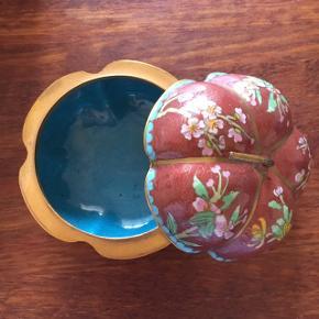 Smukt cloisonné æble skrin. Det er lavet af messing og har emalje dekorationer på. Super fint lille skrin.  Diameter 10 cm Højde 6 cm