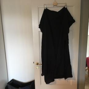 Lækkert stort (det hænger dobbelt på billedet på døren) tørklæde. Kan bæres på mange måder.