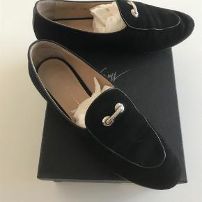 Varetype: Sko Loafers  Farve: Sort Oprindelig købspris: 4190 kr.  Super fede sko. Fejler intet men er brugt. Ruskind/nubuck. Alm 39. Handler mobilepay og sender med Dao på købers regning. Æske og dustbags medfølger. Mp 700,-