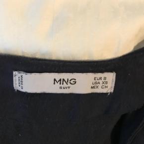Kjole fra MNG. Str. S brugt en enkelt gang Lavet i imiteret ruskind - meget blødt.  Måler 84 cm fra skulderen og ned.