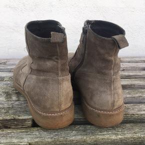 Ruskindsstøvler med rågummisåler, hvilket gør dem helt fantastiske at gå i.