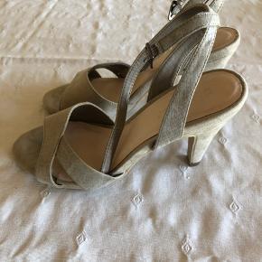 Lækre sko - stort set ikke brugt. Jeg får dem ikke brugt fordi de er lidt for høje til mig. Hæl 9 cm