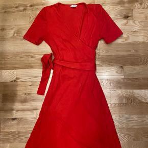 Sælger min røde envii bindekjole, da den ikke blive brugt. Den går til lige over knæene og er let at binde ved taljen. :-)  Byd
