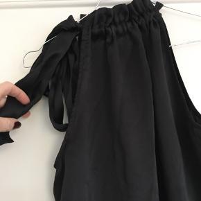 Silketop med bindebånd i halsen. Minder lidt om en karmamia top. Fejler intet.  Omkreds bryst: 106 cm Længde: 63 cm