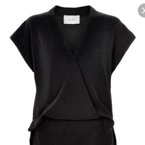 Den lille praktiske sorte.  Kjolen er sort med glimmer Ariana dress fra Neo Noir. Den er praktisk som buksedragten hvor den er åben bagtil.  Kjolen er i stretch og er størrelsessvarende.  Billederne svarer ikke op til hvor fin og flot kjolen er på, men er desværre svær at tage billed af. Ny med tag Pris 250kr hvortil 40kr for fragt med dao