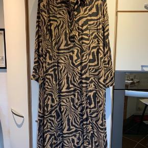 Lækker kjole i zebra print - brugt få fange - er som ny.