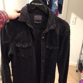 Købt og brugt 1 gang til en fest  Distressed Zara denim jakke  NP var 500kr  Min pris 200kr
