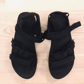 Sorte sandaler med skumsål. Fitter et sted mellem 41 og 42.