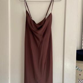 Silke lignende kjole i brun ☕️