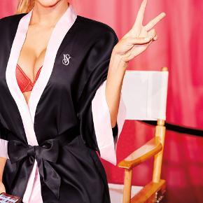 Kimono fra Victoria's Secret  Længde: ca. 70 cm fra skulderen.  Helt ny, stadigvæk indpakket. Fast pris.  Kan afhentes på Islands Brygge. Kan sendes på køberens regning.