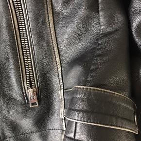 Imiteret læderjakke fra Topshop. Nypris 650, byd!