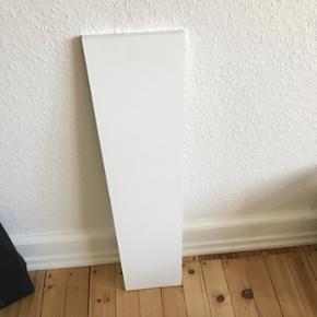 Hvid hylde fra IKEA. Målene står på billede 2. Afhentes i Århus.