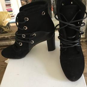 Super fede støvler sælges.  De er super nemme at gå i og følelses behageligt på fødderne.  Sælges med kasse og dustbag Brugt 3 gange 7cm hæl Np: 5550kr  Mp: 3000