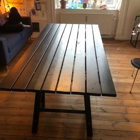 2x1 meter, sort mat plankebord. Afhentes på 2 sal på nørrebro - ben er aftagelige så det er nemt at fragte