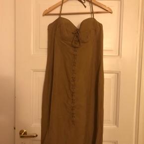 Varetype: Halterneck kjole Farve: Camel Prisen angivet er inklusiv forsendelse.