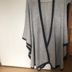 Lækkert stort cashmere sjal i lysegrå med mørkegrå kant . Mærket Grace fra England