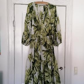 Fin kjole brugt meget lidt. Passer en størrelse 48 50 52 Brystmål 155 cm.